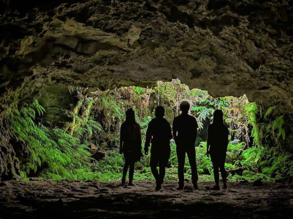 4 jovens na entrada de uma gruta - ilha terceira