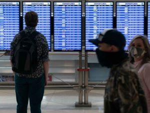 Jovem ve mintores de voo no aeroporto